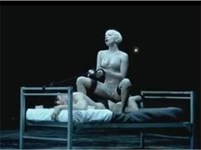 Seksi şarkıcıdan olay yaratan klip!